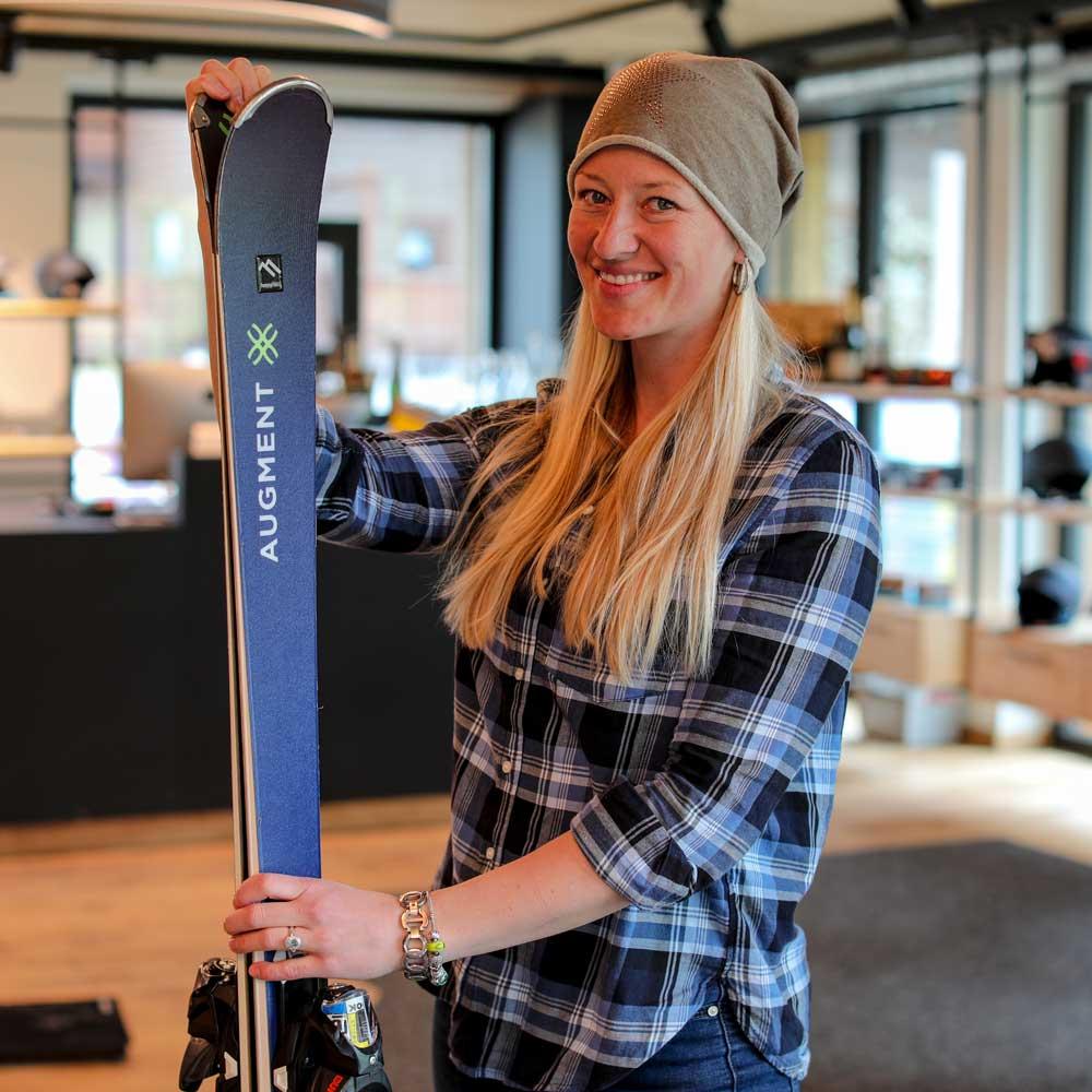 Präsentation eines Expert+ Ski im Skiverleih SkiLL in Saalbach Hinterglemm